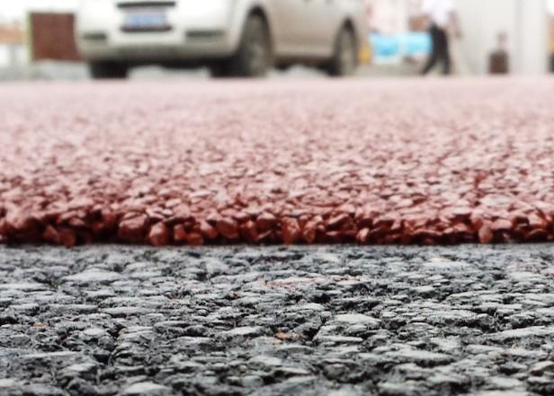 由于使用独特的冷拌技术,路菲特冷拌彩色沥青混凝土生产施工在常温下进行,没有沥青烟和粉尘排放,减少废气排放,减少对室内施工的影响。混合料生产无需加热,能耗低。材料本身、混合料拌合、路面施工整个环节对环境基本无污染,能够符合环保要求。  5、性能优异,质量稳定  优秀的层间粘结能力,有效防止剥落 该系统采用专用配方的沥青材料,保证粘结材料本身具有更好的粘结性能,同时特殊的骨架空隙结构使路面在车辆荷载、高温作用下不会产生路面泛油,防止路面剥落产生。如在水泥基础上铺装,需撒布路菲特专用粘层油,用量为0.